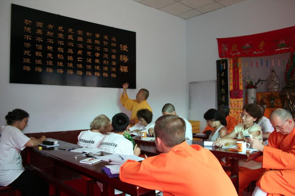 Maitre Shi heng Jun en train d'expliquer le texte aux élèves français