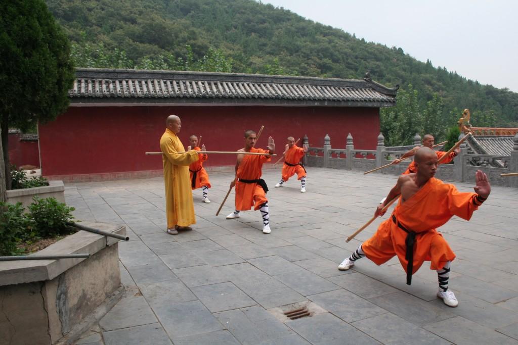 Maitre Shi Heng Jun et ses disciples pratiquant Yin Shou Gun