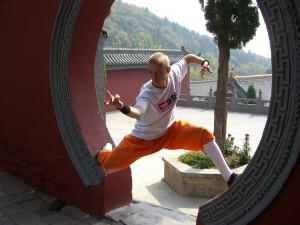 Sébastien dans la cour du palais du grand trésor 大雄宝殿 au Temple Da Fa Wang 大法王寺
