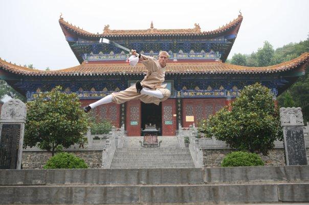 Sébastien devant le palais du sage de l'ouest 西方圣人殿 au Temple Da Fa Wang 大法王寺